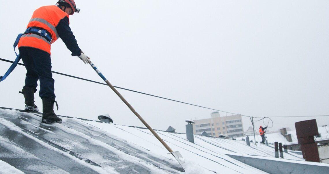 Чистка кровли от снега и наледи в Хабаровске, уборка снега с крыш по доступной цене